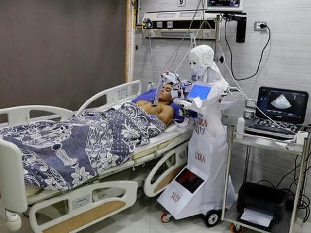 روبوٹ کی وجہ سے ٹیسٹ کیلیے طبی عملے کو براہ راست مریض کے پاس جانے کی ضرورت نہیں ہوگی، فوٹو : مصری میڈیا