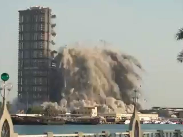 متحدہ عرب امارات کے دارالحکومت میں منی زائد نامی منصوبے میں از سر نو تعمیرو ترقی کے لیے اس عمارت کو منہدم کیا گیا ہے(فوٹو، اسکرین شاٹ)