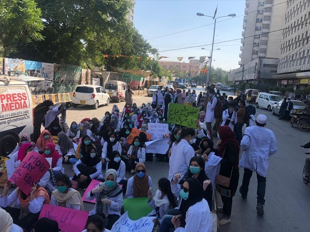 جامعہ کراچی نے ہمیں گزشتہ سیمسٹر امتحانات کی مارک شیٹ تک جاری نہیں،  طالب علم۔ فوٹو : فائل