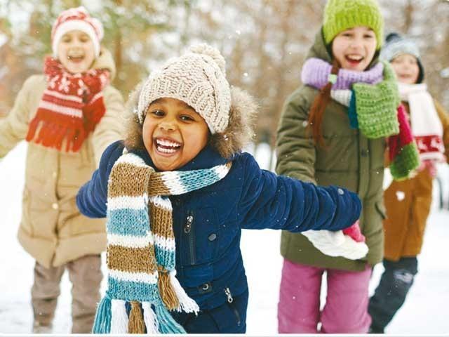 سردیوں میں کان میں درد اور کبھی متلی کی شکایت سے بچے بہت تنگ کرتے ہیں۔ فوٹو : فائل