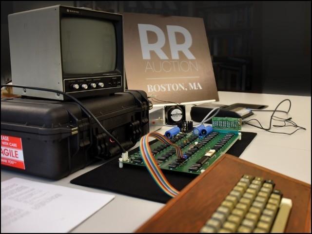 یہ کمپیوٹر 1976 ء میں ایپل کارپوریشن کے بانیوں ، اسٹو جابز اور اسٹو ووزنیاک کے ہاتھوں سے تیار تھا۔  (فوٹو: آر آر آکشن)
