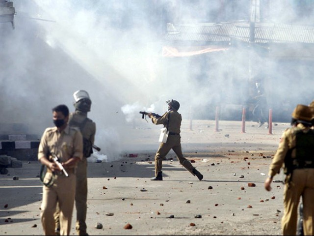 بھارتی فورسز کی فائرنگ، پیلٹ گنوں اور آنسو گیس کی شیلنگ سے 97 کشمیری شدید زخمی