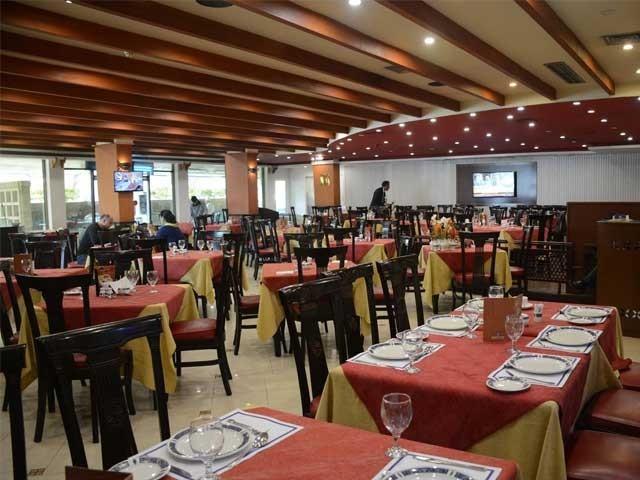 ریسٹورینٹس اور ہوٹلز کو اوپن ایریاز میں کھانوں اور ٹیک اوے سروس کی اجازت ہوگی، نوٹی فکیشن . فوٹو : فائل