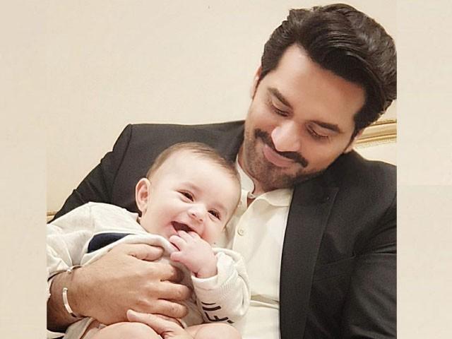 مصطفیٰ عباسی کو گود میں اُٹھا کر خوشی کا اتنا بھر پور احساس ہو رہا ہے جو میرے لئے بھی ناقابل فہم ہے، ہمایوں سعید۔ فوٹو:فائل
