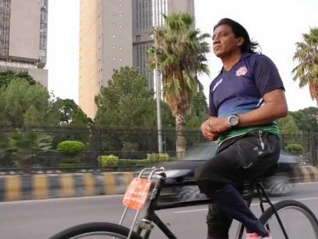 ہینڈل اوربریک کے بغیرسائیکل چلانا ایک مشکل اورخطرناک عمل ہے،سائیکلسٹ عطا اللہ بلوچ: فوٹو: انٹرنیٹ