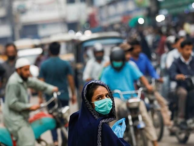 بازاروں اور دکانوں میں سیفٹی ماسک کا استعمال کیا جائے بصورت دیگر قانونی کارروائی کی جائے گی، ڈپٹی کمشنر (فوٹو : فائل /نیوز ایجنسی)