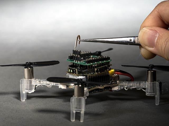 تصویر میں ایک ڈرون پر بھڑ کے زندہ اینٹینا کو لگایا گیا ہے جو بہت تیزی سے مختلف بو محسوس کرسکتا ہے۔ فوٹو: نیو اٹلس