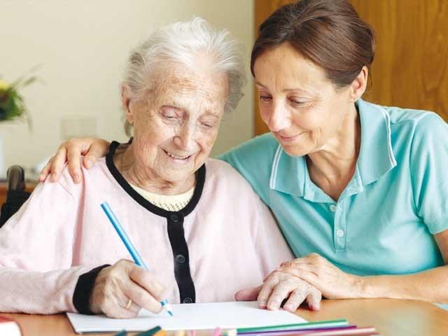 'ڈیمنشیا' کے مریض بزرگ اور بچوں سے اچھی طرح پیش آنا خواتین خانہ کی آزمائش ہے