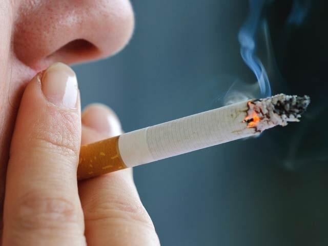 روزانہ ایک سے دو سگریٹ پینے والے افراد بھی اس کی عادت میں گرفتار ہوسکتے ہیں۔ فوٹو: فائل