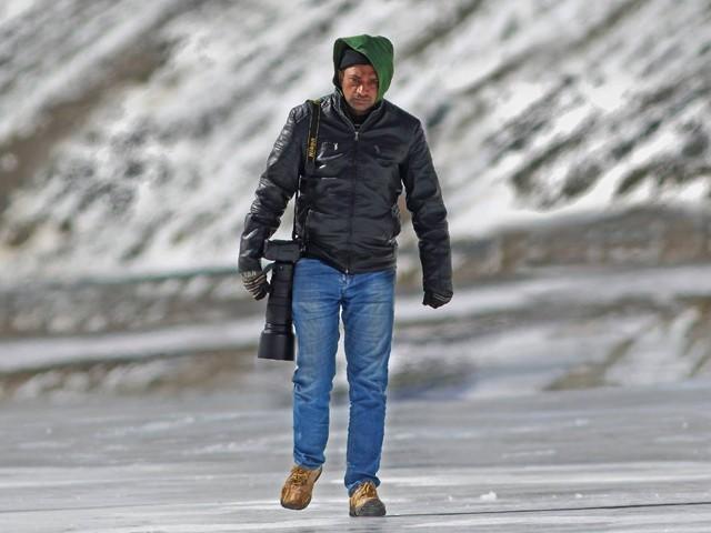 ایک تصویرکے لئے کئی کئی گھنٹے انتظارکرناپڑتا ہے نوجوان فوٹوگرافر نورحسین  فوٹو: ایکسپریس