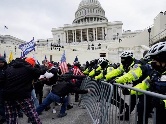 انتخابی نتائج کے خلاف احتجاج کرنے والے ٹرمپ کے حامی امریکی کانگریس کے اندر داخل ہوگئے(فوٹو، انٹرنیٹ)