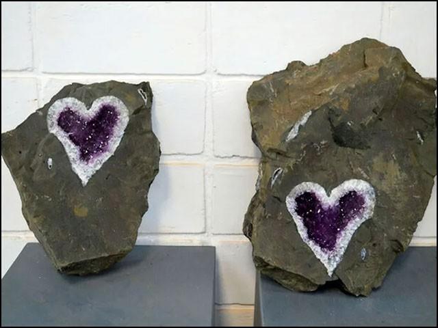 سوشل میڈیا صارفین نے اسے ''قدرت کا اندازِ محبت'' قرار دیتے ہوئے حیرت کا اظہار بھی کیا ہے۔ (تصاویر: یوروگوئے منرلز)