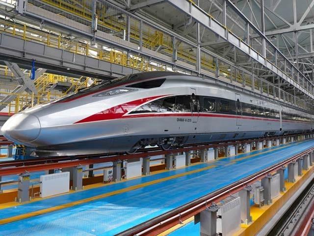 چین نے منفی 40 درجے کی سینٹی گریڈ پر چلنے والی دنیا کی پہلی بلٹ ٹرین بنائی ہے۔  فوٹو: سی این