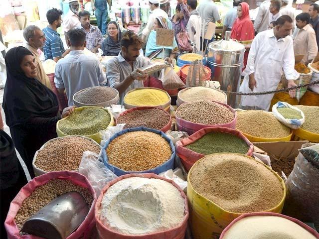 ہول سیل مارکیٹ میں ایک ہفتے کے دوران دالیں 15 روپے مہنگی ہوگئیں، ماش کی دال 250 روپے کلو فروخت ہونے لگی ۔ فوٹو : فائل