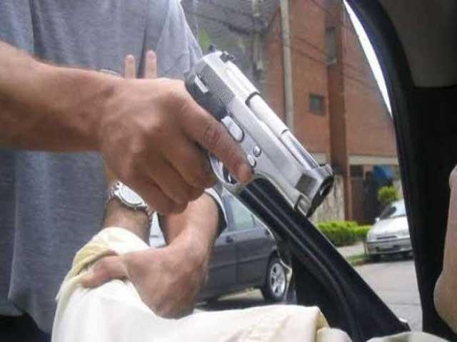 گلستان جوہر راڈو بیکری کے قریب بائیک سوار ڈاکوئوں نے گاڑی کا شیشہ کھٹکھٹایا تو نوجوان اسامہ نے گاڑی دوڑادی . فوٹو : فائل