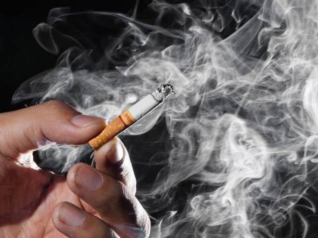 پاکستان میں دوکروڑ20لاکھ افراد سیگریٹ نوشی کر تے ہیں فوٹو: فائل