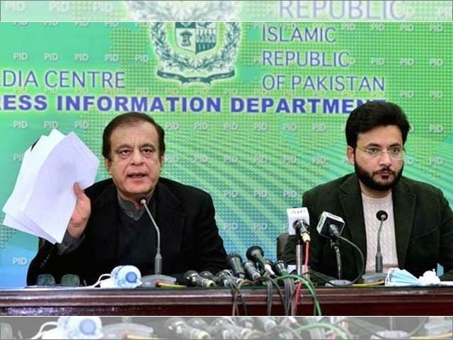 وزیر اطلاعات شبلی فراز اور پارلیمانی سیکریٹری فرخ حبیب پریس کانفرنس کرتے ہوئے (فوٹو : اے پی پی)