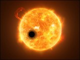 اپنے مرکزی ستارے کے گرد چکر لگاتا ہوا 'واسپ 107 بی' سیارہ: مصور کا تخیل (فوٹو: وکی پیڈیا)