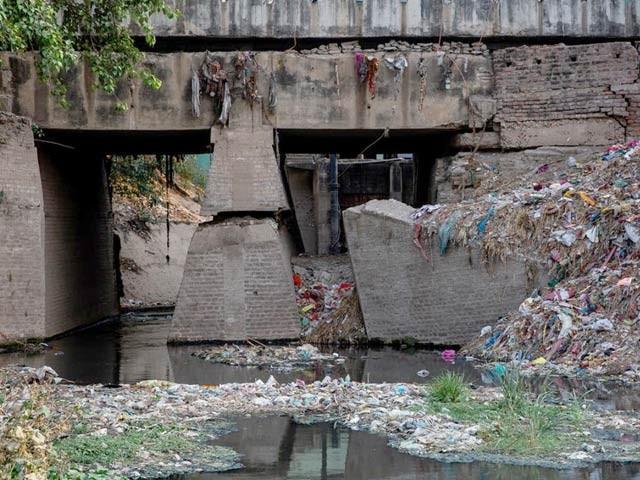دریائے گنگا کے ذریعے خردبینی پلاسٹک کے اربوں ذرات روزانہ خلیجِ بنگال میں شامل ہورہے ہیں۔ تصویر میں بہار کے مقام پر دریائے گنگا میں کچرا نمایاں ہے۔ فوٹو: نیشنل جیوگرافک