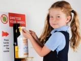 دنیا بھر میں ہینڈ سینی ٹائزر بچوں کی آنکھ میں جانے سے کئی خطرناک حادثات رونما ہوچکےہیں۔ فوٹو: فائل