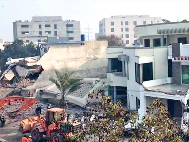 لاہور: کھوکھر پیلس کے سامنے سرکاری اراضی واگزار کرانے کیلیے عمارت گرائی جا رہی ہے