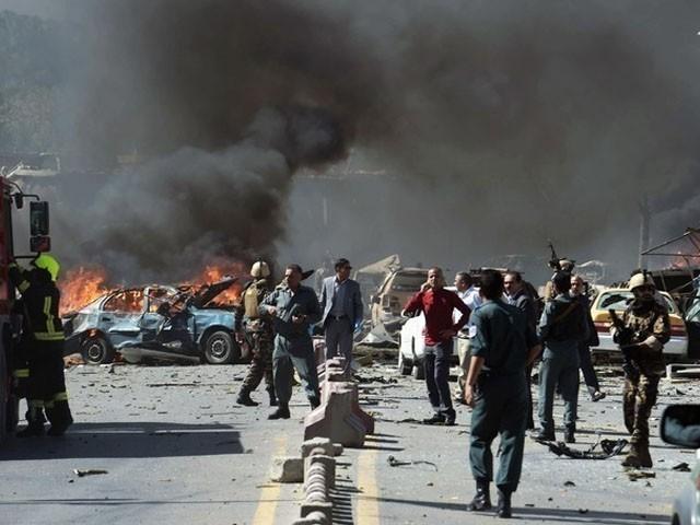 دھماکے میں شاہراہ سے گزرنے والی متعدد گاڑیاں تباہ ہوگئیں، فوٹو : فائل