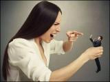 وہ عورت اپنی ہی جوانی کی تصویروں میں شوہر کے ساتھ خود کو پہچان نہیں پائی اور شوہر پر حملہ آور ہوگئی۔ (فوٹو: انٹرنیٹ)