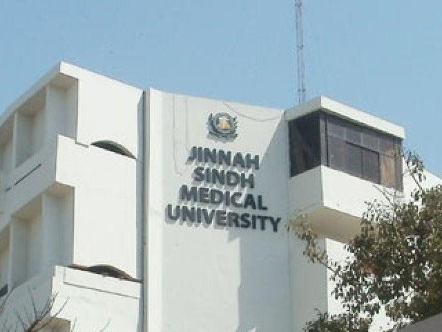 ملزمان پر داخلوں کے عوض فی طالبعلم 7 لاکھ روپے رشوت وصولی کا الزام تھا۔ فوٹو:فائل