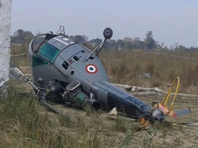 ہیلی کاپٹر لکھن پور میں ہنگامی لینڈنگ کے دوران گر کر تباہ ہوگیا، فوٹو : فائل