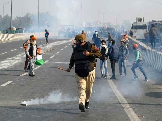 امریکی خبر رساں ادارے کا کہنا ہے کہ کسانوں کے احتجاج نے بھارت کے قومی دن کی تقریب کو، جس میں وہ اپنی دفاعی قوت کی بھرپور نمائش کرتا ہے، پس منظر میں دھکیل دیا۔(فوٹو، اے ایف پی)