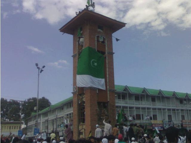 پاکستانی پرچم سری نگر کی جامع مسجد کے دروازے پر لگایا گیا، کشمیر میڈیا سروس۔ فوٹو:فائل