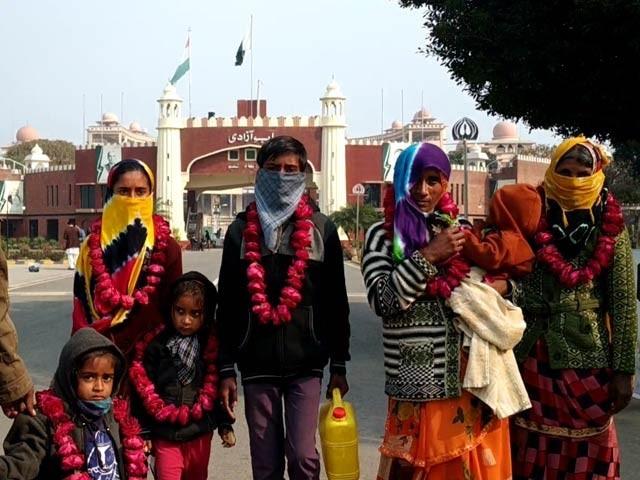 بھارت میں 11 پاکستانی ہندوؤں کے قتل کے بعد سے وہاں منتقل ہونے والے خاندانوں کی پاکستان واپسی کا سلسلہ جاری ہے(فوٹو، اسٹاف)