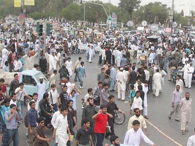 کراچی میں نجی یونیورسٹی کے طلبہ کا کیمپس کے سامنے احتجاج۔ فوٹو : فائل