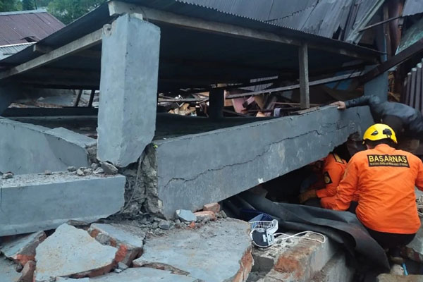 Indonesia earth quake buildings collaspse