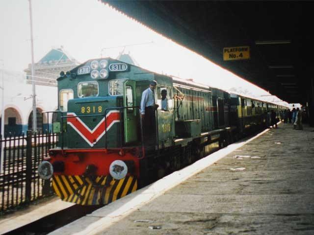 یٹرولیم مصنوعات کی قیمتوں میں اضافے کے پیش نظر ریلوے پر مالی بوجھ پڑ رہا ہے، چیف ایگزیکٹو آفیسر ریلوے ۔ فوٹو : فائل