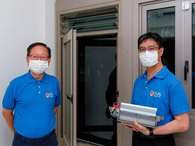 تصویر میں بائیں جانب ڈاکٹر لی سیوئن اینگ اور ڈاکٹر ایڈی لاؤ اپنی ایجاد اے ایف وی ڈبلیو اختراع کے ساتھ جو ایک عام کھڑکی کی طرح کھلتی اور بند ہوتی ہے لیکن شور کو روک لیتی ہے۔ فوٹو: بشکریہ یونیورسٹی آف سنگاپور