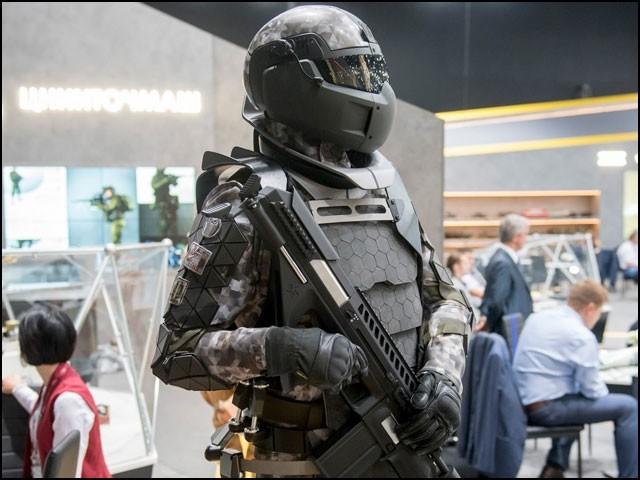 جدید ترین 'بکتر بند' روسی لباس میدانِ جنگ میں سپاہیوں کو 'سپر ہیومن' بنا دے گا۔ (فوٹو: روستیک)