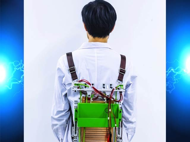تصویر میں سنگوا یونیورسٹی کا بیک پیک نظام دکھائی دے رہا ہے جو وزن کو ہلکا محسوس کراتا ہے اور بجلی بھی بناتا ہے۔ فوٹو: سنگوا یونیورسٹی