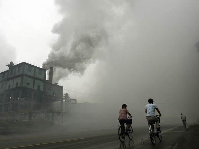 دنیا بھر میں ہر سال لوگوں کی بڑی تعداد فضائی آلودگی سے قبل ازوقت موت کے منہ میں جارہی ہے۔ فوٹو: فائل