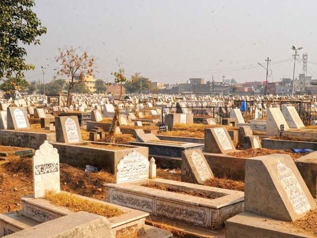 ہر دوسرے دن قبرکھود کے مردہ غائب کردیا جاتا ہے فوٹو: فائل