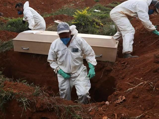 گزشتہ سال سری لنکن حکومت نے کورونا سے ہلاک افراد کی لاشوں کو دفنانے پر پابندی لگائی تھی۔ فوٹو : فائل