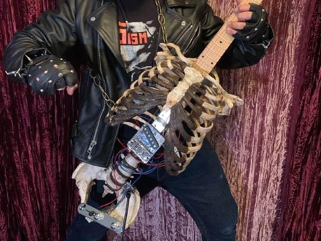فلوریڈا کے موسیقار پرنس مڈینیٹ نے اپنے ماموں کے ذہن سے الیکٹرک گٹار تیار کیا ہے۔  فوٹو: گٹارلڈ
