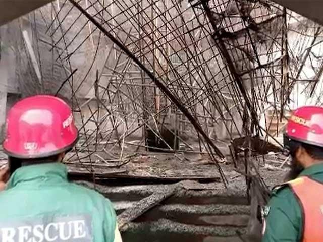 مزدور گنبد پر کام کررہے تھے کہ اچانک مسجد کا گنبد زمین پر آگرا۔ فوٹو: فائل