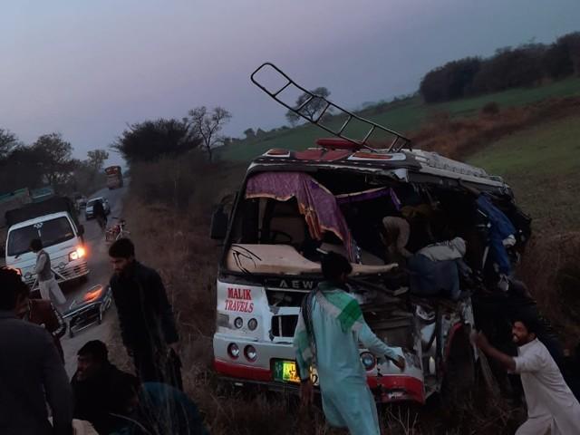 شدید زخمیوں کو راولپنڈی منتقل کردیا گیا ، پولیس فوٓٹو: ایکسپریس
