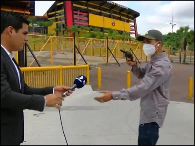 صحافی اور کیمرا مین کے موبائل فونز چھین کر وہ ڈاکو تیزی سے دوڑتا ہوا غائب ہوگیا۔ (فوٹو: یوٹیوب اسکرین گریب)