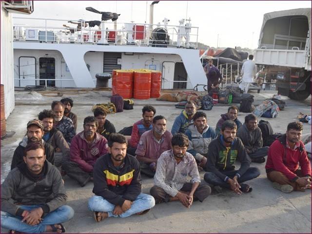 گرفتار بھارتی ماہی گیر ڈاکس پولیس کی تحویل میں (فوٹو : میری ٹائم سیکیورٹی ایجنسی)