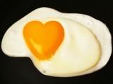 انڈوں کی وجہ سے اکثر لوگوں میں 'ایل ڈی ایل' کولیسٹرول، یا مجموعی صحت پر کوئی منفی اثر نہیں پڑا۔ (فوٹو: انٹرنیٹ)