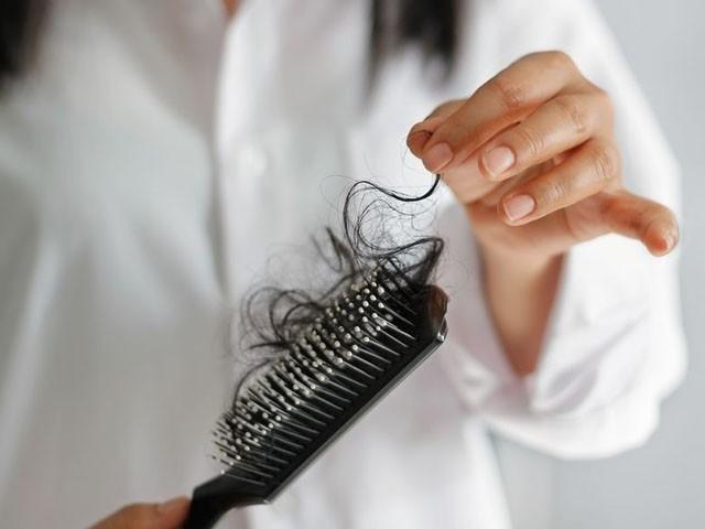 خواتین میں بالوں کا گرنا 6 ماہ تک جاری رہا، تحقیق (فوٹو : فائل)
