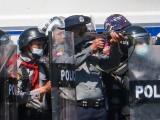 پولیس نے مظاہرین کو نتشر کرنے کے لیے طاقت کا استعمال کیا، فوٹو: رائٹرز
