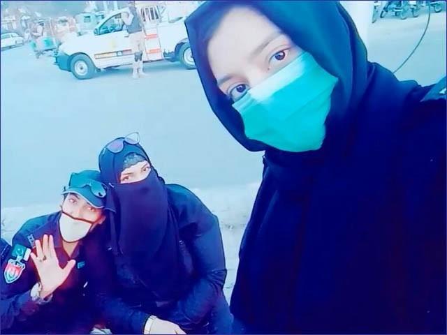 خاتون اہلکاروں کی ٹک ٹاک ویڈیو سے گریب کی گئی ایک تصویر